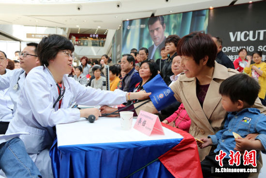 惠山区中医院的专家们为居民提供服务。