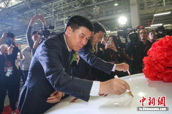 盐城经济技术开发区党工委书记、管委会主任郭玉生等领导在第500万辆车上签名祝贺。