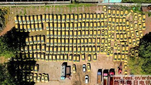 200余辆出租车停放在南京市安德门附近的一处停车场(4月8日摄)。 李博摄