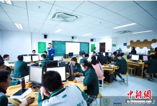 学生在使用SeeTaaS-K12云平台