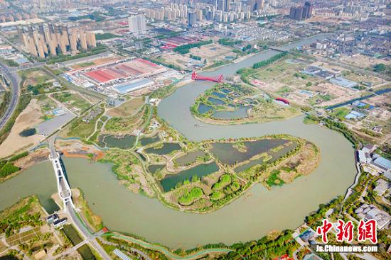 运河三湾犹如一颗镶嵌在运河之上的生态项链。 中新社记者 泱波 摄