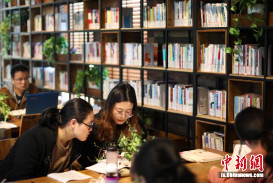 市民在扬州运河三湾景区内的城市书吧阅览书籍。 中新社记者 泱波 摄