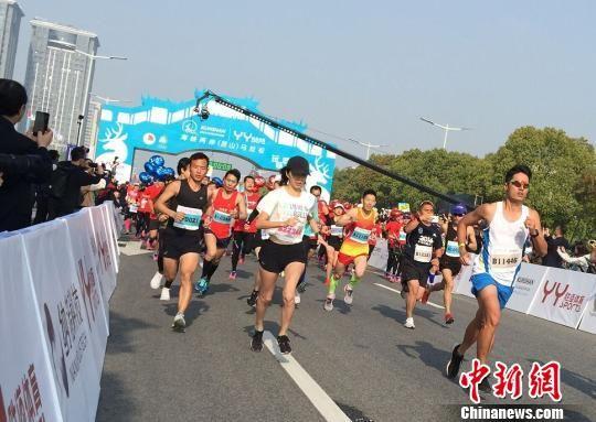 由中国田径协会、昆山市人民政府主办的2018海峡两岸(昆山)马拉松赛15日鸣枪开跑。 黄莹 摄