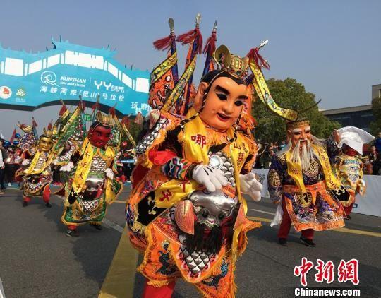 具有浓郁宝岛文化特色的电音三太子舞表演。 黄莹 摄