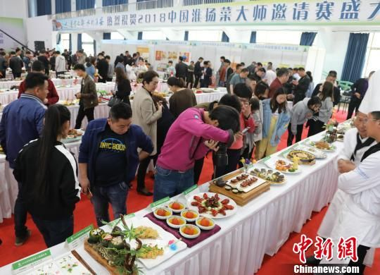 市民参观美食作品。 李珂 摄