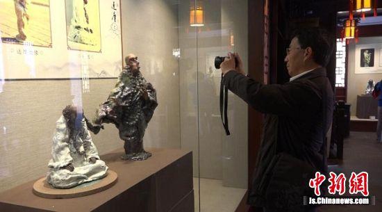参观者欣赏陶艺作品