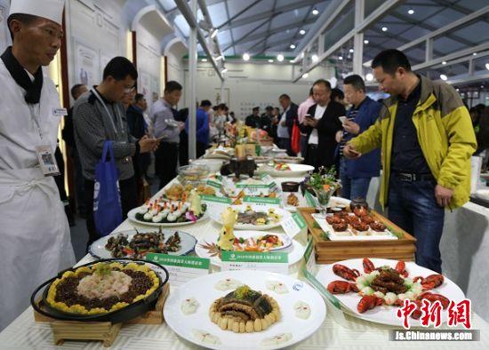 市民参观美食展区。