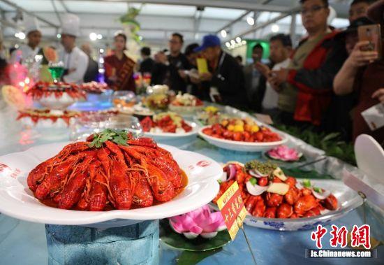 盱眙不同口味龙虾受市民喜爱。