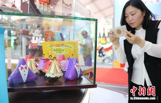 市民在展览区拍造型可爱的巧克力。