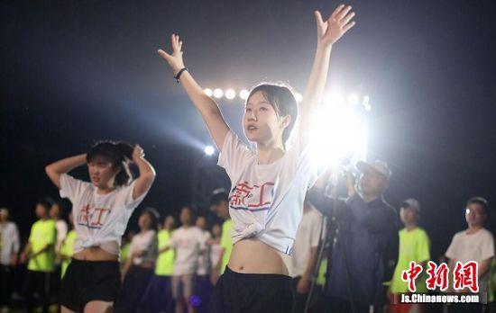 大学生们释放激情。 中新社记者 泱波 摄