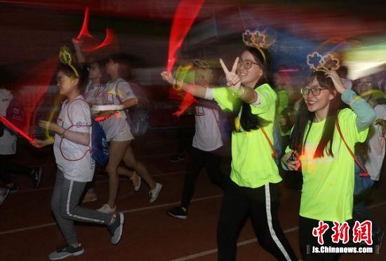 U-RUN跑步&健身盛典助力南京工业大学第十六届运动会开幕式。 中新社记者 泱波 摄