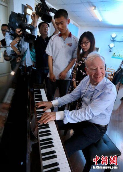 卡洛·李维·米兹先生(右)与南京盲校师生交流。 中新社记者 泱波 摄