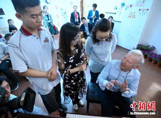 卡洛·李维·米兹先生为盲校师生交流。 中新社记者 泱波 摄