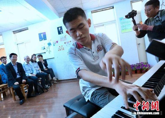 南京盲校学习钢琴的少年演奏钢琴。 中新社记者 泱波 摄