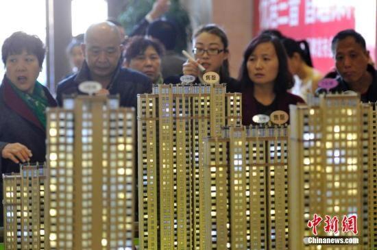 资料图:民众选购商品房。 中新社记者 韦亮 摄