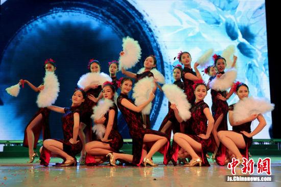 图为校园文化开放周活动舞台剧之一。
