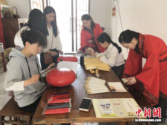 校园中的女书非遗馆内,师生练习。