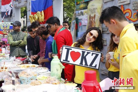 留学生们在美食节中欢乐乐开怀。