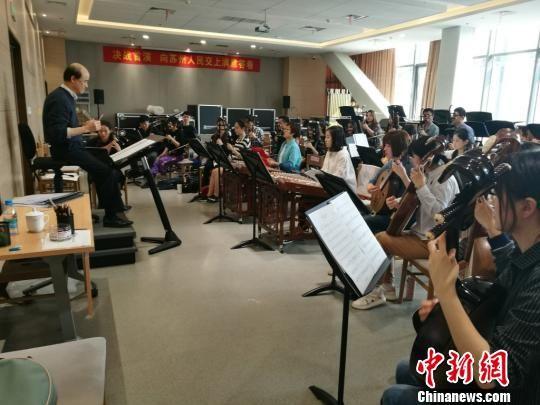 苏州民族管弦乐团中的大陆与台湾青年演奏家正在一同认真排练。 钟升 摄