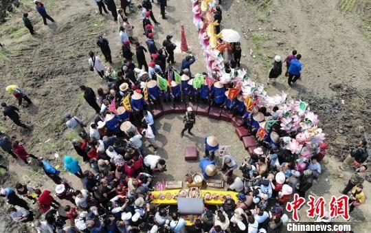 图为古法捕钓前的祭拜仪式。 汤德宏 摄