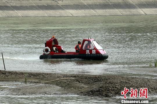 水上救援:气垫船救援 夏晶 摄