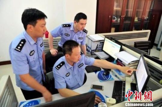 图为警方研究案情。江苏警方 供图