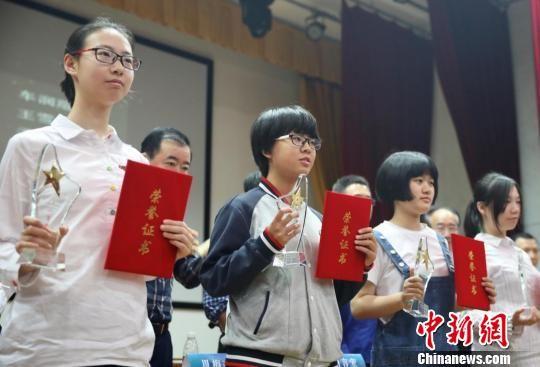 """至今已有30年历史的""""雨花奖""""全国中小学生作文大赛受到师生欢迎。 泱波 摄"""