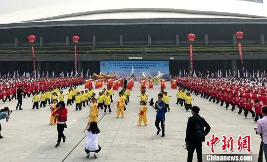 29日,扬州市第十七届全民健身体育节开幕。 乔志刚 摄