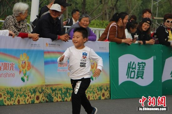 """""""我也是选手"""",迷你马拉松赛道上的我小选手。 陆建国 摄"""