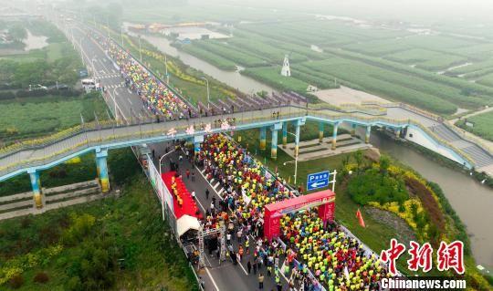 图为5000余名跑友在花海中欢乐奔跑。 汤德宏 摄