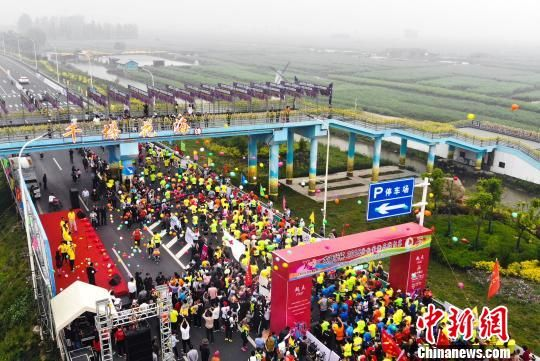 图为5月1日,江苏兴化半程马拉松鸣枪开跑。 汤德宏 摄