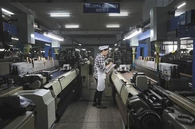 """4月19日,华西村毛纺厂,工人正在做工。纺织业是华西村的支柱产业之一,""""华西村""""商标被认定为""""国家驰名商标""""。"""