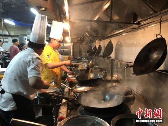 忙碌的后厨。