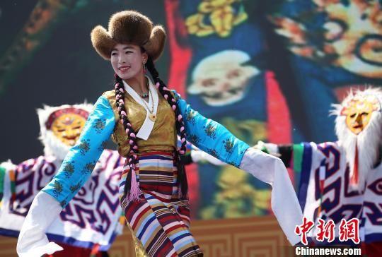图为活动现场的西藏歌舞表演。 泱波 摄