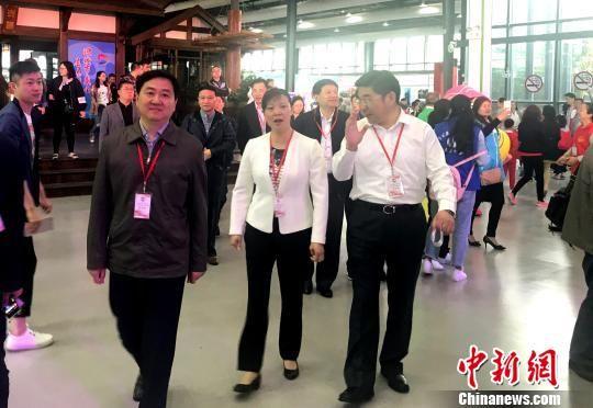 图为参会的领导步入会场。 崔佳明 摄