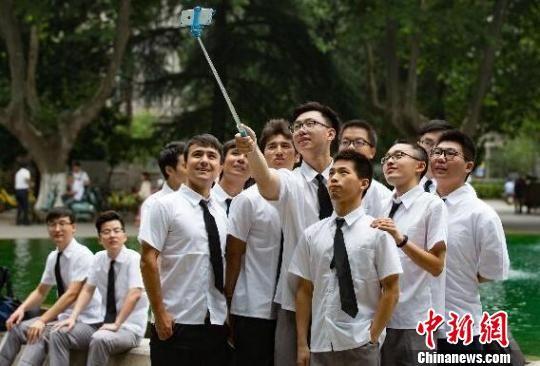 高中大学生的近视率接近90%,成眼镜族重灾区。 泱波 摄
