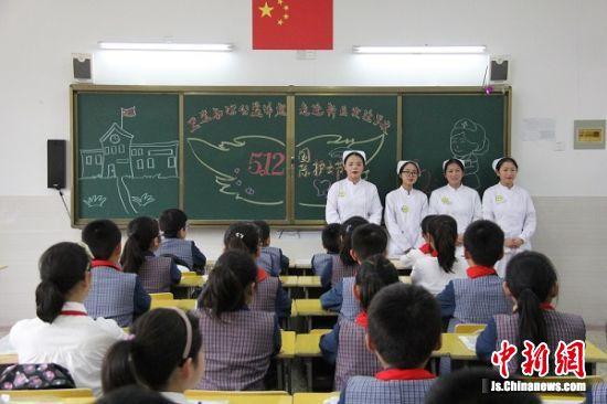图为护士向学生讲解卫生知识。