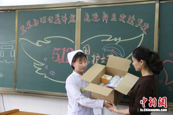 医院向学生赠送医疗用品。