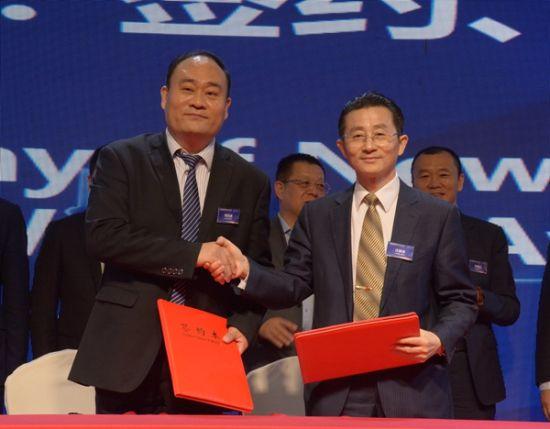 全球精品律所副主席刘茂通为新加入的律所发证书。
