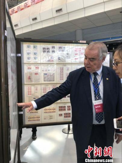 国际集邮联合会副主席伯纳德·贝斯顿观看展品 唐娟 摄