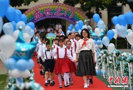 孩子们在老师的带领下走入成长礼仪式现场。 泱波 摄