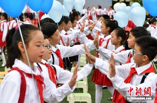 孩子们参加成长礼。 泱波 摄