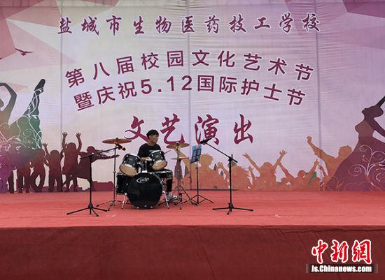 架子鼓表演。
