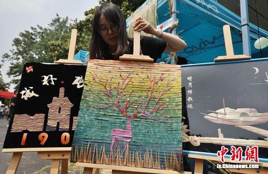大学生展示以植物为材料制成的作品。 中新社记者 泱波 摄