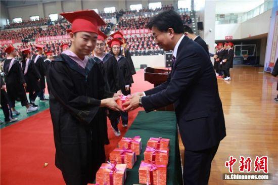 王乃宁校长给学生代表颁发《中华人民共和国宪法》