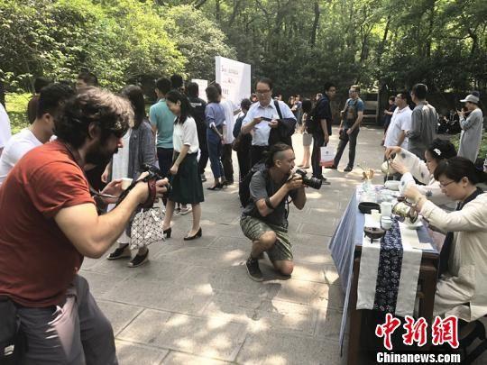 图为国际媒体的记者和知名摄影师实地走访采风,记录澳门永利官网线上娱乐魅力。 杨颜慈 摄