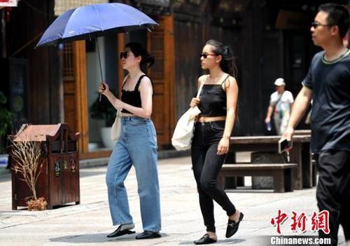 图为5月15日,出行的女孩换上夏装,清凉出行。 张斌 摄