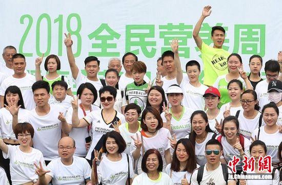 跑步爱好者们集结。中新社记者 泱波 摄