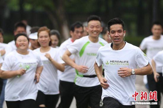 跑步爱好者火热开跑。中新社记者 泱波 摄