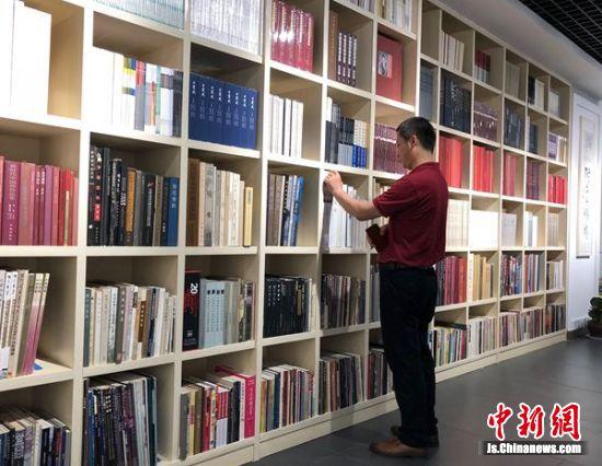 民众在捐赠的图书前驻足观看。